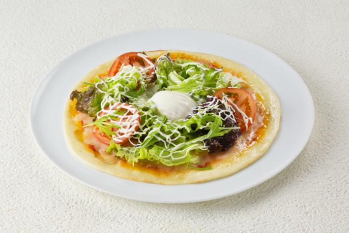 フレッシュ野菜と温泉卵のサラダピザ Sサイズ 980円(税別)